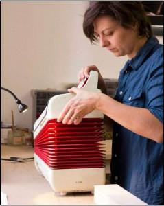 En 2014, Debora ZANNIS a créé son propre atelier de facture d'accordéon