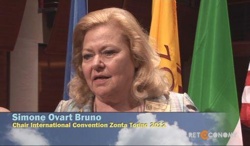 Zontienne depuis 30 ans, Simone a été à l'origine de 12 clubs Zonta en Italie, France, Bulgarie, Allemagne, Suisse. On notera parmi ses nombreuses fonctions, celles de Gouverneur du District 30, Directrice Internationale du Zonta, Chairman de la Convention internationale de Turin, Membre des Nations Unies, créatrice de l'UNIFEM, antenne des Nations Unies pour l'égalité des genres et l'autonomisation des femmes, Présidente du Comité des ONG de l'ONU à Genève. Un grand merci à cette grande dame du Zonta qui a tant fait pour la cause des femmes.